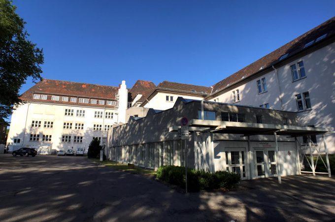 Kulturzentrum und Parkplatz