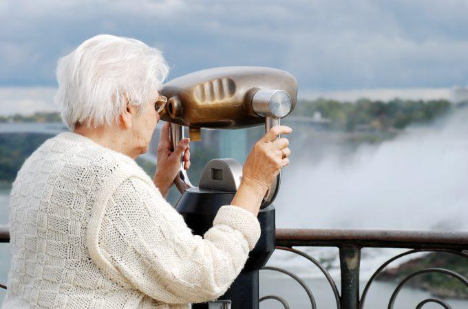 2017_Ältere Damen mit Fernglas_VA-BOT